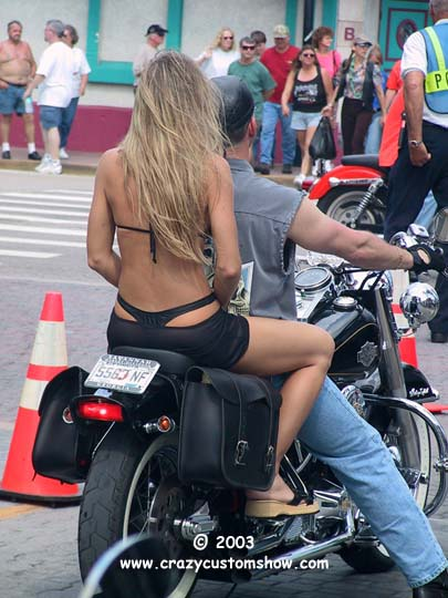 Mulheres de garupa na  moto, gostosa de carona na moto, babes on bike, Women on bike,woman on the bike ride,babe on the back of the bike
