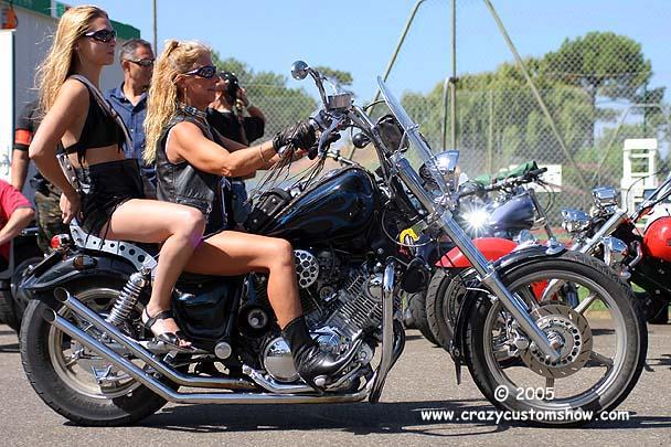 Mulheres em moto, dupla na moto, duas mulheres em moto, gostosas na moto, two babes on bike, two Women on bike, sexy babe on bike