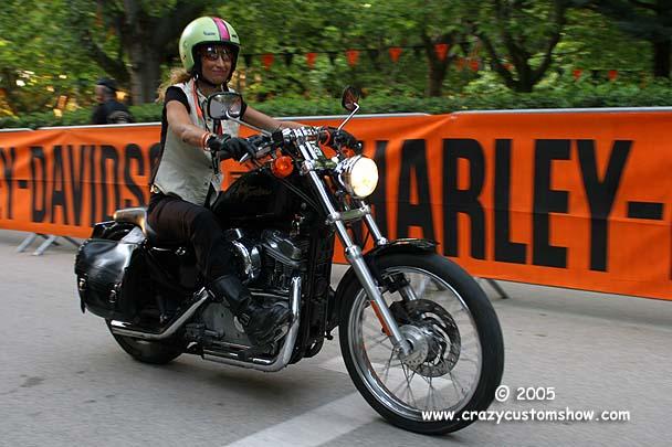 Mulher andando de moto, gostosa pilotando moto, babes runing on bike